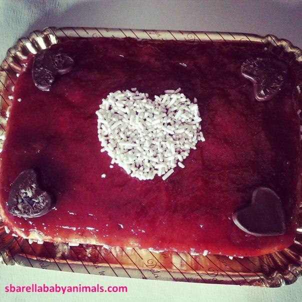 torta morbida vanigliata e marmellata di fragole